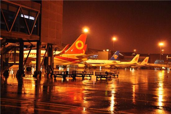 成都机场遭受今年入夏首场雷暴天气