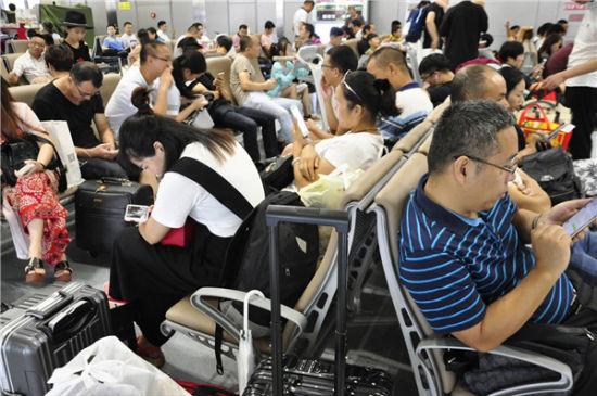 雷暴天气导致航班延误及旅客出行受影响