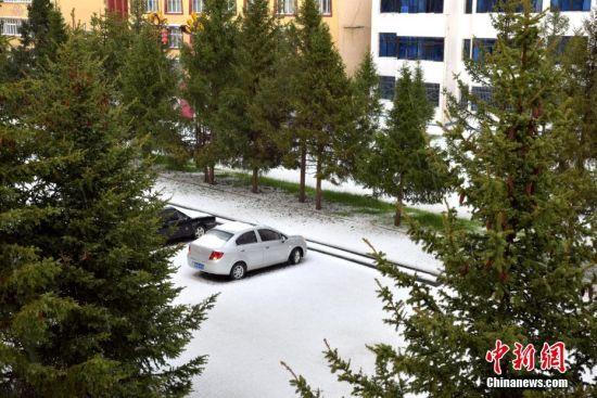 5月24日傍晚18时04分云顶娱乐网站省阿坝州红原县发生罕见冰雹天气,此次冰雹天气持续时间达到约13分钟,冰雹最大直径为15毫米,暂无人员伤亡报告。此次冰雹天气持续时间之长十分罕见,冰雹天气主要集中在县城区域,由于持续时间较长,对农业、车辆等将造成一定程度的损害,目前,受灾情况正在进一步核实中。 唐明波 摄
