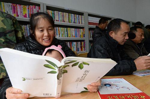 在蓬安县锦屏镇西拱桥村图书室,村民正在阅自己喜欢的书籍。彭圣洲 摄