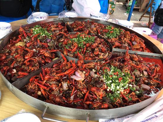 一大桌诱人的美味龙虾。吴平华 摄