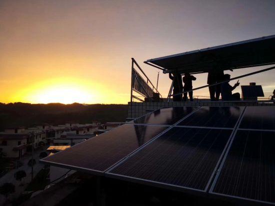 施工人员正在安装太阳能科教系统。