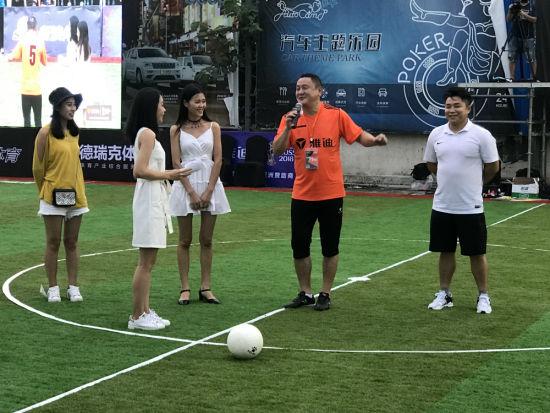 马明宇现场与足球粉丝互动。