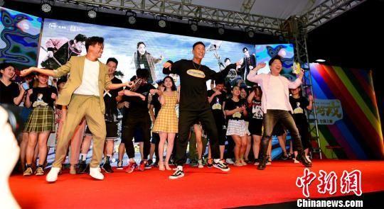 街舞出身的肖杰也与黄渤、王宝强共同跳起《最好的舞台》。片方供图