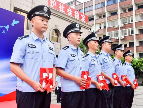 6名分别荣立个人二等功、个人三等功的民警。