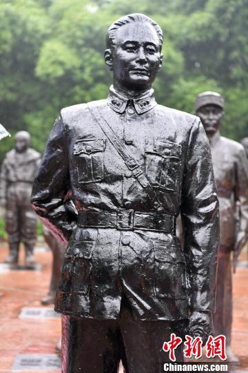 中国抗日名将萧毅肃雕像在四川建川博物馆中国壮士群雕广场正式落成。 张浪 摄