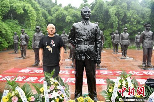 建川博物馆馆长樊建川出席萧毅肃雕像落成仪式。 张浪 摄