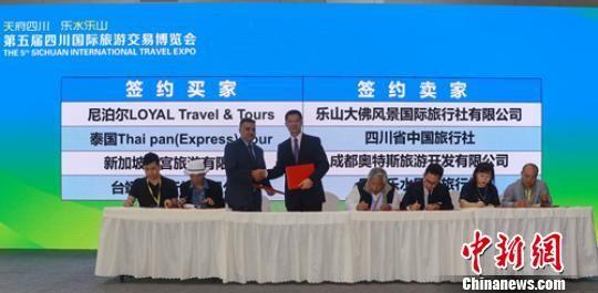 旅游客商一对一洽谈后成功签约。 刘忠俊 摄