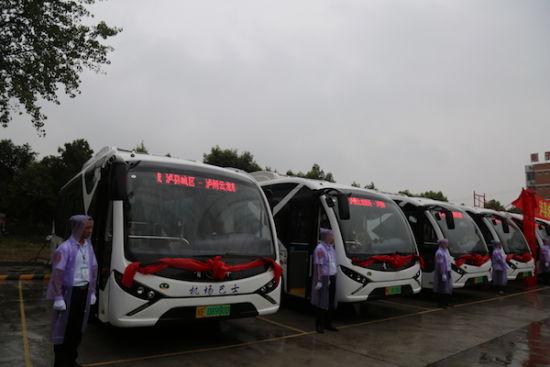 整装待发的泸县公交机场大巴。 曾佐然 摄