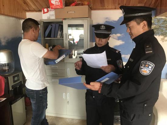 盐源县泸沽湖派出所对当地修理厂进行安全隐患排查。杨勇 摄