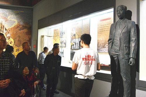 国庆期间志愿者向游客讲解三线历史。王哲摄