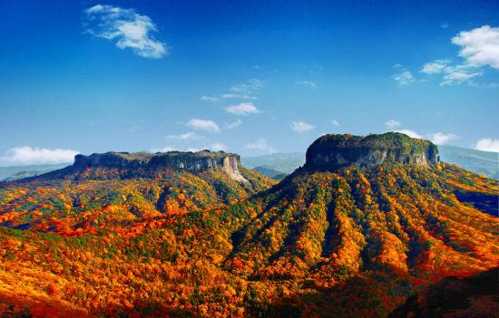 图为旺苍米仓山红叶双鼓景色。杜清泉摄