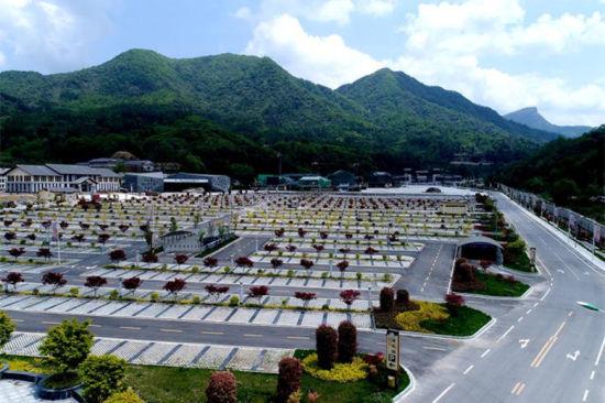 图为新建成的光雾地脊景区泊车场。巴华语旅供
