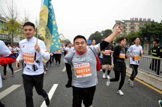 川中可 乐 跑成都国际马拉松