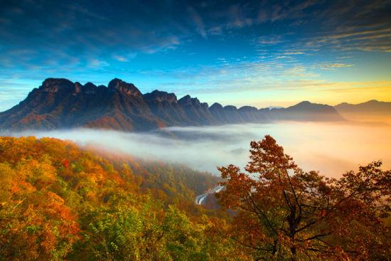 图为金秋时节五彩斑斓的光雾山。巴中文旅供