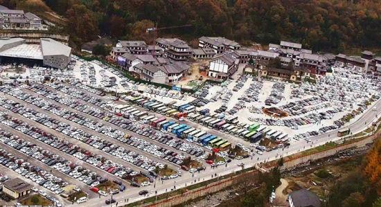 10月27日自驾游客车辆停满光雾山景区停车场。巴中文旅供