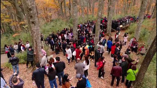 10月27日光雾山景区游客爆满。