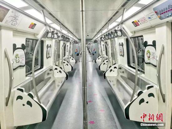 成都唯一一列熊猫文化地铁。刘忠俊摄