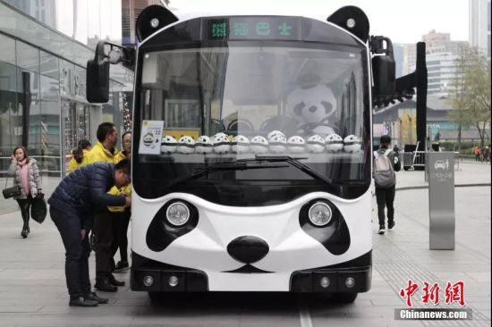 熊猫巴士带领游客穿梭于各大景区。张浪摄