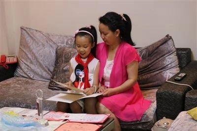 小学生书写感人孝心故事 教失忆妈妈重新识字