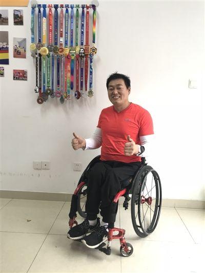 轮椅上的马拉松:男子下身瘫痪 用双手跑完多场马拉松