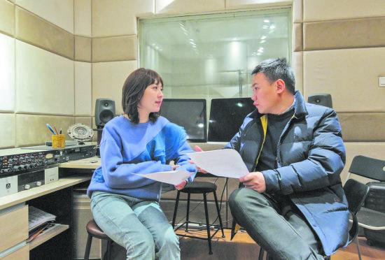 图为《川味人生》的曲作者陈万(右)与词作者徐沁(左)