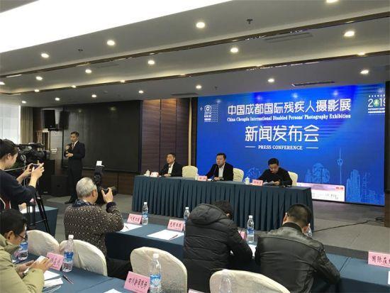 中央省市媒体聚焦中国•成都国际残疾人摄影展。王爵 摄