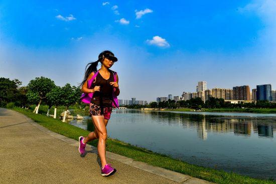 图说:在锦城湖跑步的市民。钟欣 摄