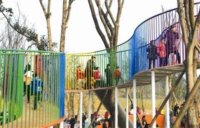 家长带着孩子们体验江家艺苑的游乐设施