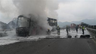 中山开往泸州大巴车高速路上发生自燃 60余名乘客无恙