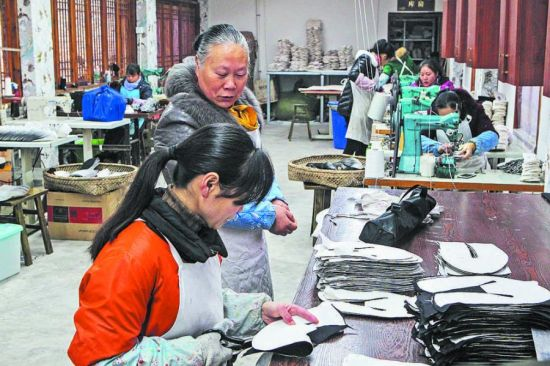 战旗村乡村十八坊的唐昌布鞋作坊里,赖淑芬来回巡视着各工位,她们的手工布鞋早已供不应求