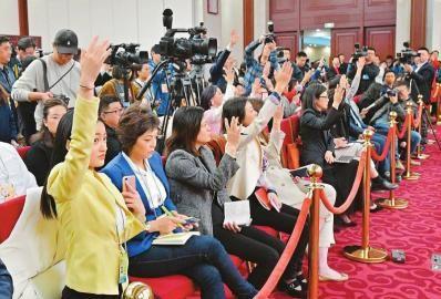 记者踊跃举手要求提问。 川报集团特派记者欧阳杰摄