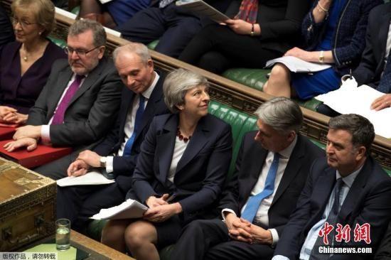 资料图:英国首相特蕾莎・梅在会议中告诉出席的约300名保守党议员,只要他们愿意支持脱欧协议,她愿意在协议通过后下台,不主导第二阶段的脱欧进程。