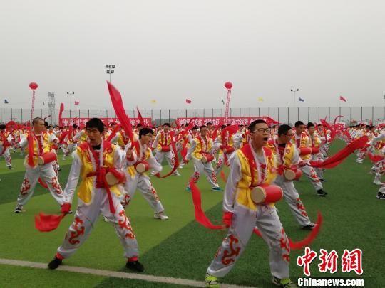 身着传统特色服饰的同学们挥动手中的鼓槌。 刘毅 摄
