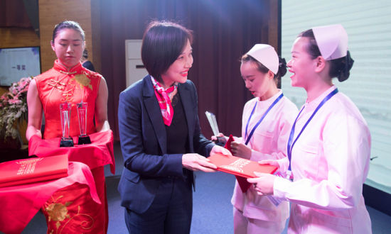 嘉宾为获奖学生颁奖。