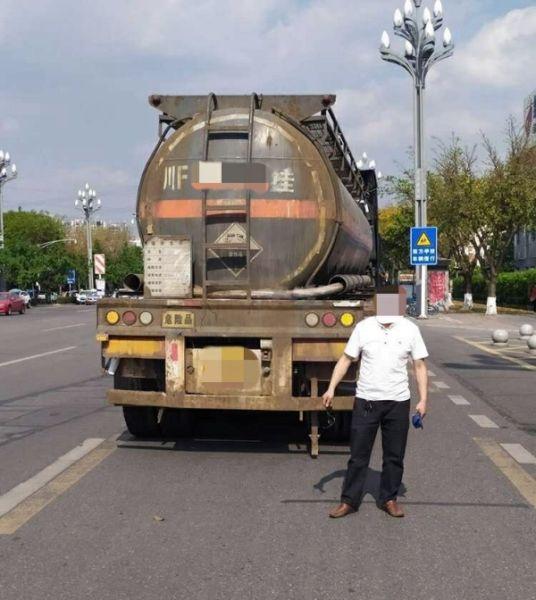 民警查获违规危化品运输车辆。 绵阳交警直属四大队提供