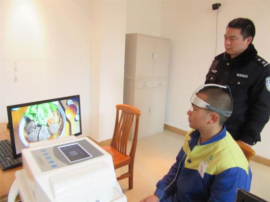 治疗师查看戒毒人员干预的情况。