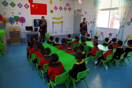 昭觉县尼地乡瓦里洛村戈洛阿莫社幼教点进行普通话教学。宋明 摄