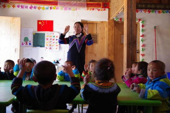 昭觉县尼地乡瓦里村七里坝社幼教点在进行普通话教学。宋明 摄