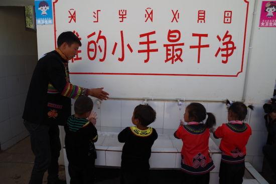 """2018年5月国务院扶贫办、教育部拉开了凉山州""""学前学会普通话""""行动试点工作的序幕。宋明 摄"""