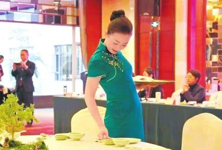 申小婷把文化元素融入餐宴摆台中。