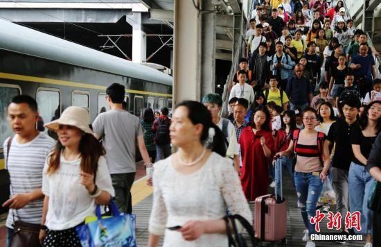 """4月30日,四川达州火车站站台上的旅客。当日,中国各地铁路迎来2019年""""五一""""小长假出行高峰。中新社发 邓良奎 摄"""