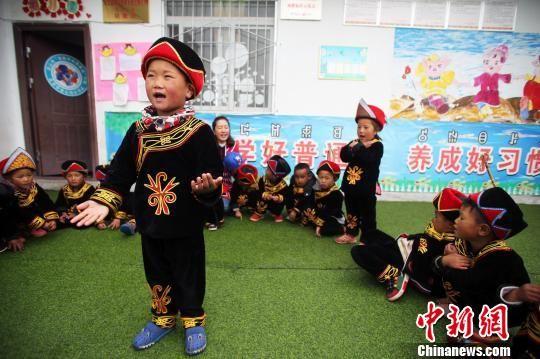 5岁的吉能小飞在朗诵唐诗。王磊 摄