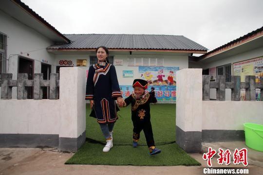 辅导员罗英带着吉能小飞去家访。王磊 摄