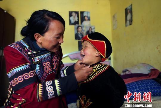 吉能小飞用普通话和妈妈撒娇。王磊 摄