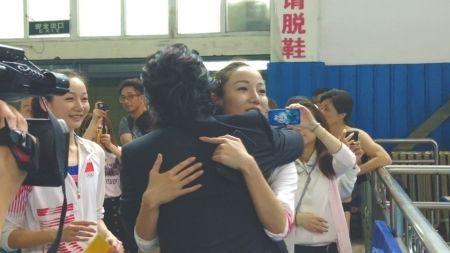 任贤齐见到文文和婷婷,便送上一个大大的拥抱。