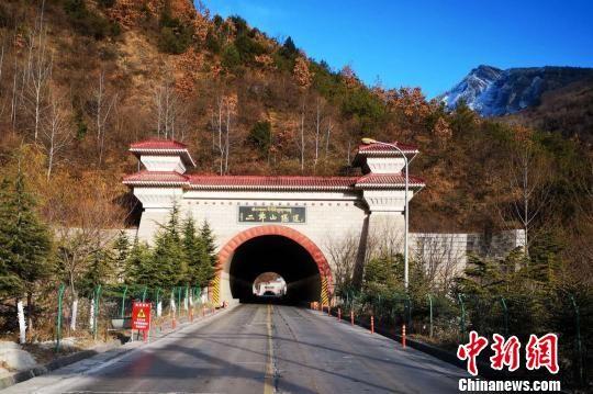 图为川藏公路老二郎山隧道。 王鹏 摄
