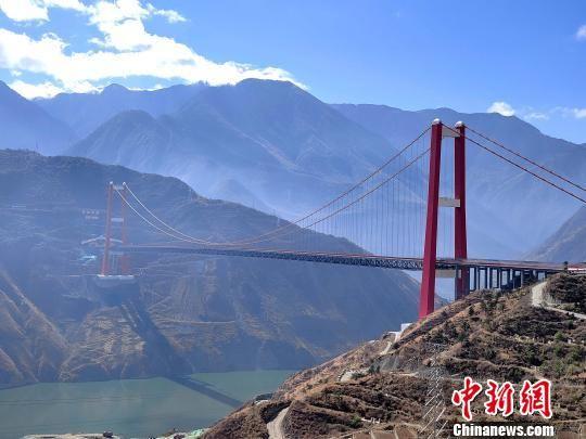 图为已建成通车的雅康高速泸定大渡河特大桥。 王鹏 摄