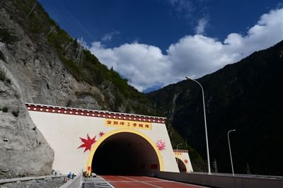 汶马高速今起分段试通车 暂不收费最高时速100公里