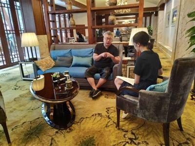 5月18日,小柯(左)在云顶国际博彩洲际酒店接受采访